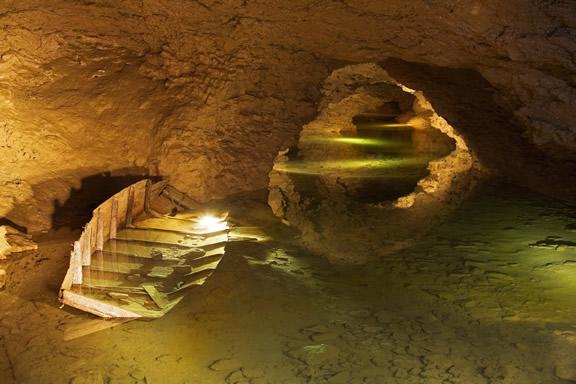 Les Grottes de La Balme - Lac souterrain © D.Jungers